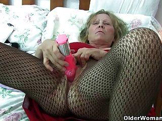 큰 가슴을 가진 영국 할머니는 그녀의 엉덩이에게 치료를 제공합니다.