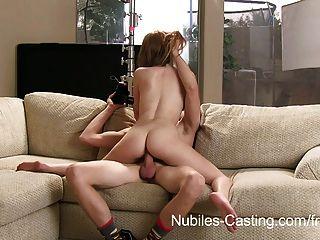 Nubiles 주조는 그가 그녀를 카메라에 성교하도록 설득 할 수 있습니까?