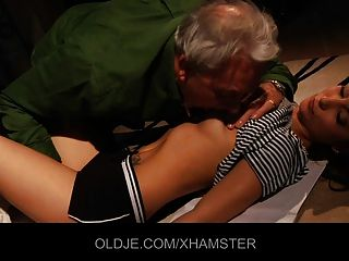 어린 소녀 키스하고 빌어 먹을 노인을 가르치고