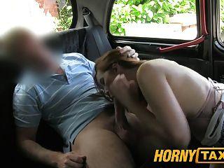 hornytaxi 큰 가슴을 가진 어린 소녀가 대신 입으로 제공합니다