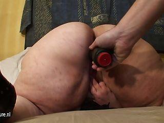 큰 엄마는 특별한 따뜻한 놀람을 얻는다.