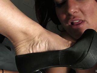 책상 아래에서 발을 훼방하다