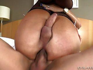 뜨거운 tranny 그녀의 엉덩이가 큰 거시기와 좆되면