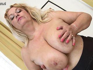 큰 헐렁한 가슴과 그녀의 오래된 성기를 가진 뜨거운 할머니