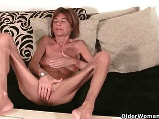영국 할머니 손가락이 그녀의 몸집이 작은 음부를 내뱉습니다.