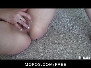 핑크 팬티에 섹시한 작은 사춘기 갈색 머리 걸레 손가락 씨발