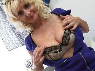 그녀의 젖은 음부와 놀고 섹시한 금발의 어머니