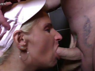 성숙한 매춘부 엄마는 화장실에서 좆된다.
