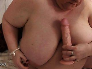 그녀의 거대한 가슴과 늙은 성기로 노는 큰 엄마