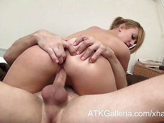 달콤한 금발 소녀는 그녀의 남자 친구가 엉덩이에 그녀를 섹스 수 있습니다