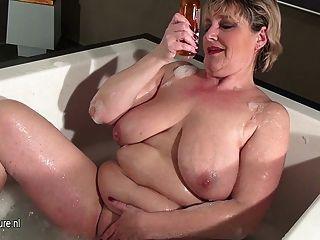 목욕을하는 처진 가슴을 가진 성숙한 매춘부 어머니