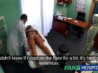 가짜 병원 금발 어지러운 젊은 금발은 creampie를 가지고 시작한다