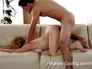 nubiles 주조는 그녀가 일자리를 구할만큼 충분히 깊어 질 수 있습니다.