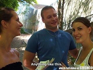 체코 커플 젊은 부부는 공개 된 4 인의 돈을 필요로한다.