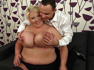 거대한 가슴의 성숙한 엄마는 망할과 그녀의 엉덩이를 빠는