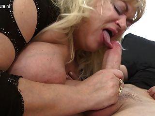 큰 성숙한 섹스 폭탄 엄마 좋은 하드 씨발을 가져옵니다.