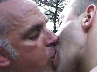 무두질 한 아빠와 함께 모래 언덕에서 랑데뷰하다.
