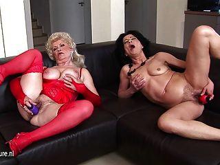 함께 소파에서 자위하는 두 개의 더러운 할머니