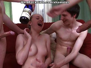 어린 소녀와의 하드 그룹 섹스