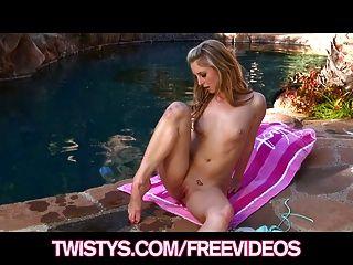 거유 한 비키니 기쁜 금발은 수영장에 의해 그녀의 음부를 문지른다.