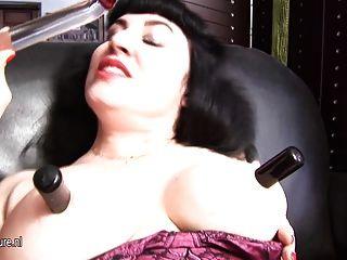 성숙한 매춘부 엄마는 자신을 젖게하는 걸 좋아한다.