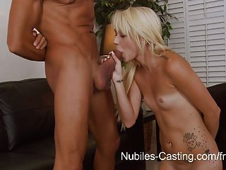 nubiles 캐스팅 수있는 그녀의 꽉 사춘기 음부가 거대한 거시기 걸릴