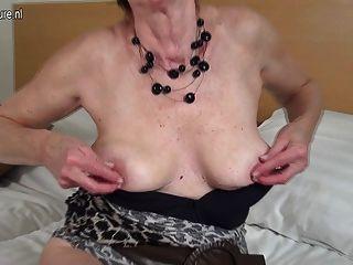 호색한 네덜란드 성숙한 할머니는 그녀의 젖은 음부와 놀고