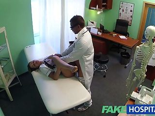 가짜 병원 간호사가 모금 운동을하다