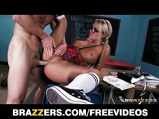 변태 금발 여학생은 그녀의 교수에 의해 때리고 엉망이됩니다.
