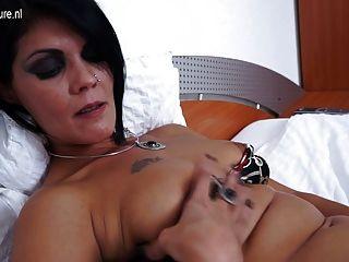성숙한 매춘부 엄마가 침대에서 자위하는 중이다.