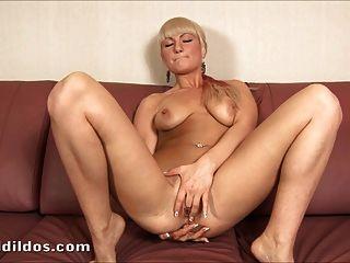 꽉 금발 그녀의 엉덩이 큰 dildo와 빌어 먹을
