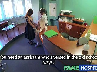 가짜 병원 의사는 의무 건강 검진을한다.