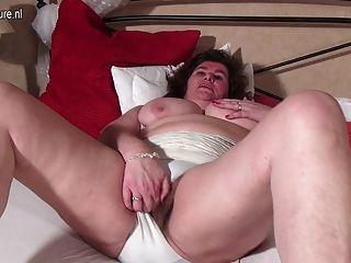 그녀의 털이 음부와 놀고 큰 네덜란드 엄마