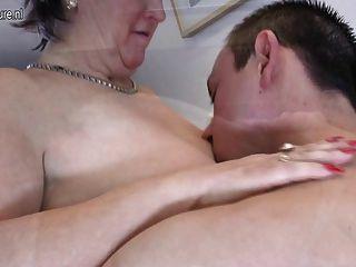 늙은 성숙한 엄마가 엿먹이고 그녀의 어린 소년을 빨아 먹는다.