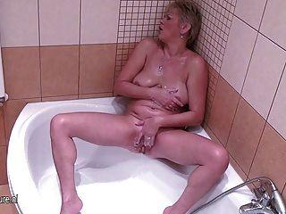 그녀의 젖은 음부와 놀고 성숙한 주부