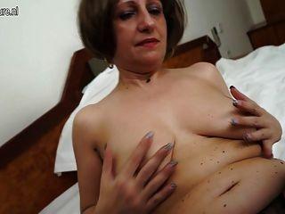 그녀의 젖은 음부와 놀고 2의 뜨거운 아마추어 어머니