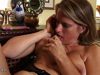뜨거운 미국 퓨마 엄마는 전화로 이야기하면서 자위 행위를합니다.