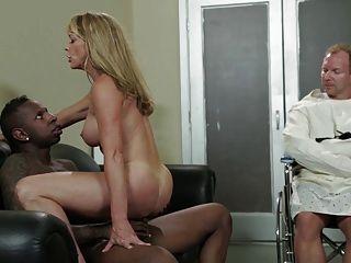섹시한 금발의 미녀 shayla laveaux는 거대한 bbc에 의해 망할 것입니다.