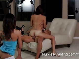 작은 라티 나 매력을 캐스팅하는 nubiles는 그녀의 첫 번째 하드 코어를합니다.
