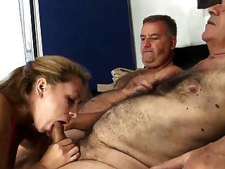 2 오래 된 털이 남자 빌어 먹을 젊은 아내