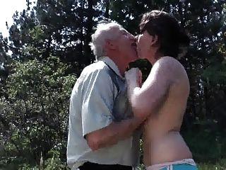 늙은 할아버지가 젊은 걸레 들아.