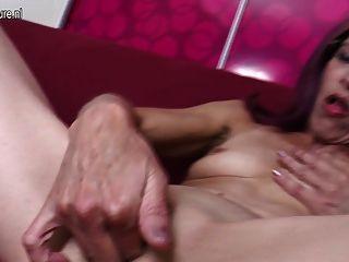 마른 할머니는 그녀의 엉덩이와 고양이를 운지