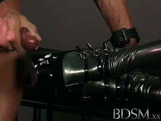 bdsm xxx 두건이있는 노예는 시험에있다