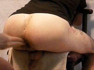의자 2에 그의 엉덩이를 fisting