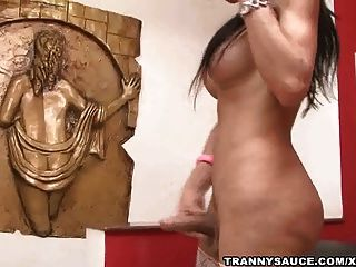 busty brunette tranny babe 그녀의 하드 수탉에 잡아 당김