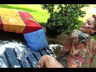 정원에서 아름 다운 문신 된 금발의 milf 입욕