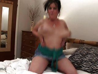 흥분한 성숙한 매춘부 엄마와 그녀의 거대한 가슴