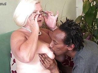 busty 영국의 할머니 젊은 흑인 수탉 걸립니다