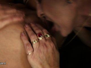 두 명의 뜨거운 아가씨 한 성숙한 엄마가 섹스
