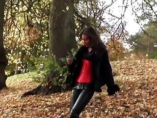 leatherfetish 팬티, 코르셋 및 빨간 부츠에서 도보로 뜨거운 여자